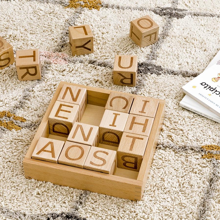 Cubo de letras de madeira